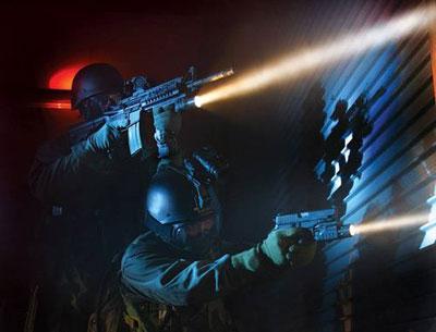 Все большую популярность у граждан приобретают оружейные фонарики, которыми пользуются военные и правоохранительные органы
