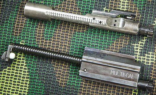Затворная рама ACR заметно отличается от аналогичной детали в AR-15 (вверху) и больше напоминает FN SCAR