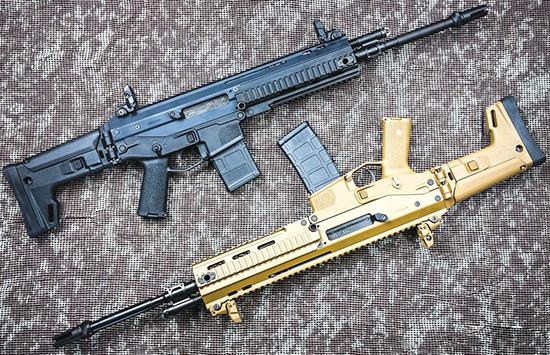 В черном цвете Bushmaster ACR выглядит достаточно агрессивно. В песочном — скорее, нарядно