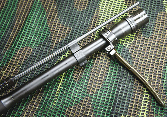 Ствол винтовки без всяких инструментов извлекается из своего посадочного места в ствольной коробке. Так удобнее чистить, а при необходимости его проще заменить