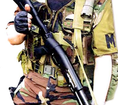 Ремень РРТ. Отстегивание турникетной кнопки короткого «отвода» от задней антабки оружия для ведения огня с упором приклада в плечо слабой стороны корпуса стрелка