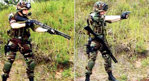 Вскидывание оружия для стрельбы с упором приклада в плечо (слева). Переход на дополнительное (пистолет ПМ) оружие в случае израсходования патронов или возникновения задержки при стрельбе из основного оружия. Хорошо видно, что «брошенное» стрелком оружие остается на груди, будучи доступным для перезарядки или устранения задержки, и обеспечивает дополнительную пассивную защиту тела стрелка. При этом оружие не мешает передвижениям и не требует поддержания руками (справа)
