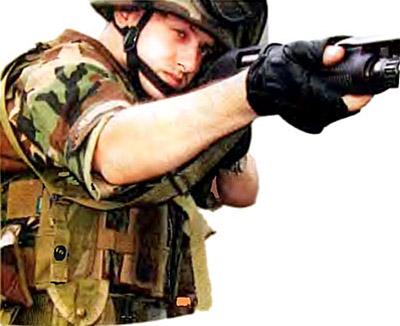 Оружие переброшено для ведения огня с упором приклада в плечо слабой стороны корпуса стрелка. Под правой рукой стрелка хорошо виден расстегнутый короткий «отвод», висящий на заднем ремне и упирающийся в ограничительную пряжку