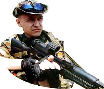 Вскидывание оружия для стрельбы с упором в плечо. Правая (сильная) рука обхватывает рукоятку управления огнем, разворачивая и поднимая автомат на линию прицеливания, а левая (слабая) рука, обойдя оружие снизу и захватив рукоятку затворной рамы, производит досылание патрона