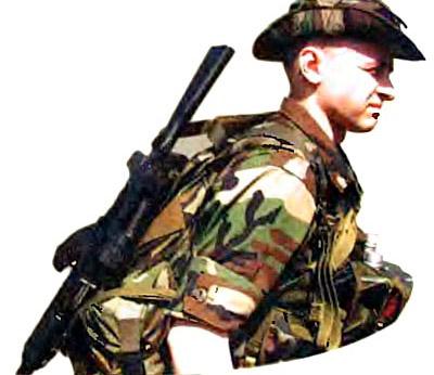 Походное положение для пеших переходов. Оружие находится за спиной поверх боевого рюкзака