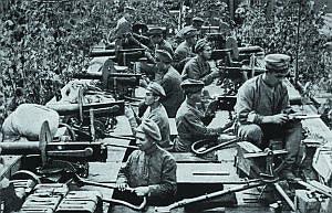 Станковые пулеметы «Максим» образца 1910 года на вооружении русского бронепоезда. 1916 год