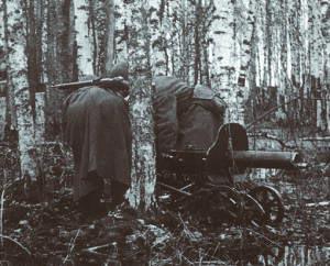 Расчет перекатывает станковый пулемет «Максим» на другую <a href='https://arsenal-info.ru/b/book/2633435995/35' target='_self'>огневую позицию</a>. Ленинградский фронт. 1942 год