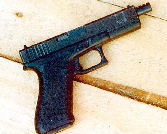 9-мм пистолет «Глок» модели 18 с переводчиком на автоматическую стрельбу очень трудно контролировать при стрельбе; безусловно, он подходит только для опытных стрелков