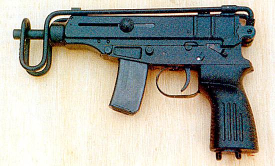 «Скорпион» под патрон .32 Авто (7,65x17 мм) имеет очень хорошую устойчивость, но не соответствует критериям НАТО по эффективности действия по цели. Хотя из него вы получите несколько попаданий вместо промаха очередью из 9-мм пуль. На снимке представлен вариант М85 производства фирмы «Застава» (Югославия) без режима автоматической стрельбы