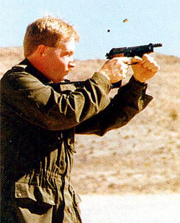 Очень опытные стрелки могут вполне хорошо управлять 9-мм пистолетом «Берета» М93R с его механизмом ограничения очереди тремя выстрелами. Но он не подходит для тех, кто не может гарантировать постоянную стрелковую практику
