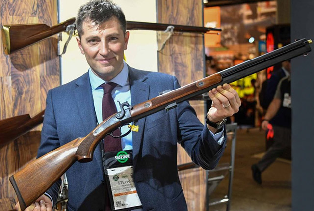 Stefano Pedersoli демонстрирует нам винтовку Swivel Barrel, пожалуй, одну из самых оригинальных реплик, когда-либо производимых компанией из Италии. Её особенность в том, что она имеет только один курок и ударный механизм, а для производства второго выстрела вам нужно просто повернуть стволы на 180 градусов