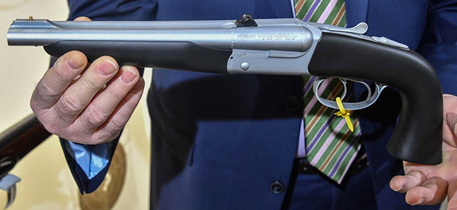 Пистоле Pedersoli Howdah может безопасно стрелять патронами калибра .45 Long Colt или .410 bore, снаряжениями дробью или пулями