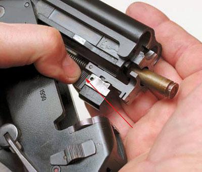 Выбрасывание гильзы 5,45-мм патрона происходит при нажатии на кнопку эжектора (указана стрелкой)