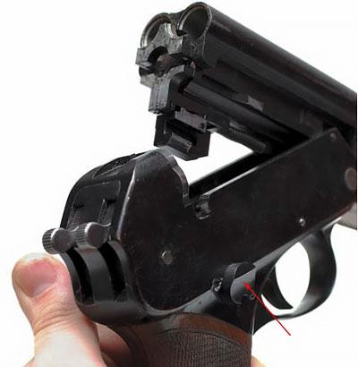 При отпирании затвора запирающая планка (указана стрелкой) смещается вправо