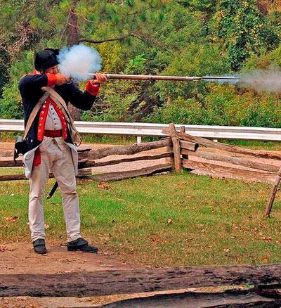Выстрел. Стрельба из кремневого ружья на полях старинных сражений, как правило, производилась из положения стоя. В таком же положении ружье потом следовало зарядить. Все принадлежности для этого стрелок носил на себе: в сумке или на перевязи.