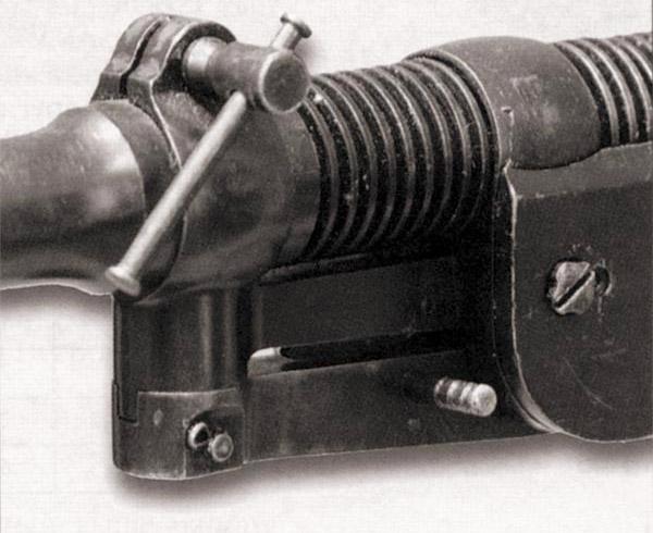 Крепление газовой камеры на стволе с помощью разъемной обоймы со стягивающим винтом. На большинстве же пулеметов обойма основания газовой камеры, как и обойма остова возвратного механизма, была неразъемной