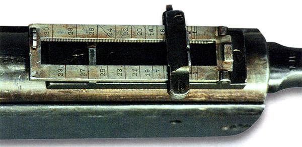 Рамочный прицел пулемета в сложенном положении (для стрельбы на малые дальности). Прицел – в варианте с треугольной прорезью целика. Видны насечка планки и крепление колодки прицела, фиксатор целика, винт и маховичок точной наводки