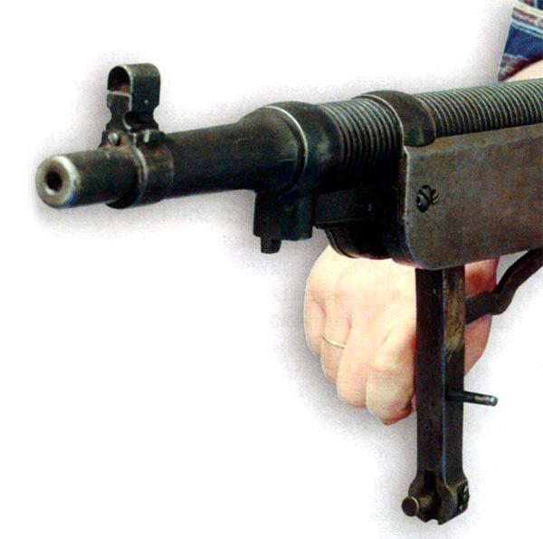 Перезаряжание пулемета «Кольт» вручную с помощью рукоятки заряжания на шатуне. Видно крепление поршня в шатуне и газовой камеры на стволе. Видно оребрение ствола