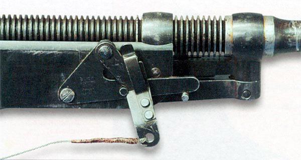 Приспособление для заряжания BUCK на коробе пулемета с тросиком и качающимися рычажками. Тросик пропускался под вертлюгом станка