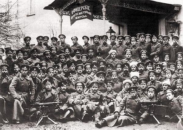 Выпуск слушателей пулеметных курсов Офицерской стрелковой школы. Ораниенбаум, ноябрь 1916 г. На переднем плане два пулемета «Кольт» М1895