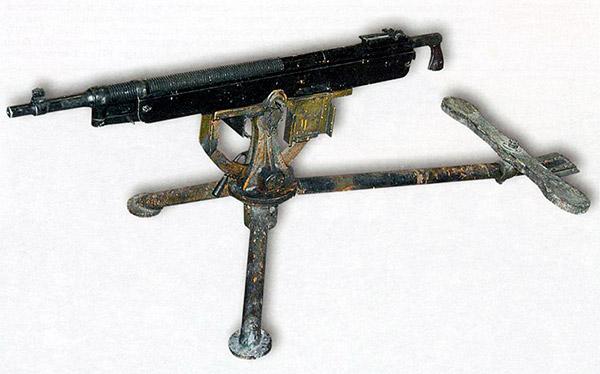Общий вид пулемета «Кольт» M1895 на треножном станке