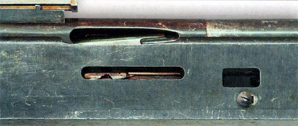 Ствольная коробка и правая стенка короба пулемета «Кольт». Сверху – выводное окно для гильз, ниже – окно для устранения задержек. Виден затвор в запертом положении