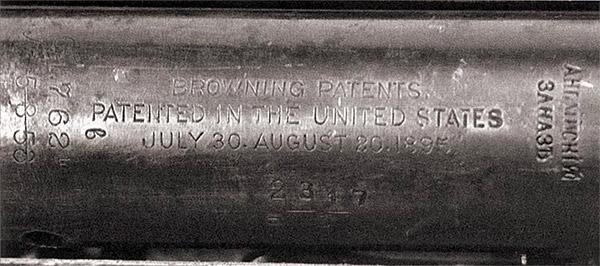 Характерное сочетание клейм (на казенной части ствола) – рядом с указанием на патент Браунинга от 1895 г. русская надпись «Английский заказъ», ставившаяся на оружие американского производства, закупленное через посредничество Великобритании. Видны риски, помогавшие определить правильность ввинчивания ствола в ствольную коробку
