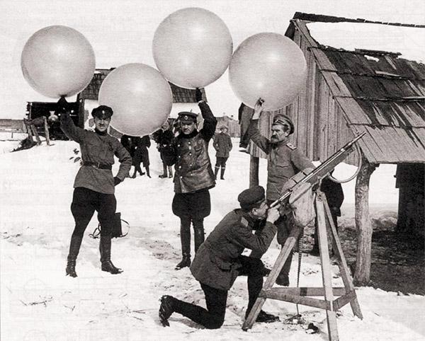 Авиационный вариант «Кольта» на кустарной треноге, приспособленный русскими летчиками для стрельбы по неприятельским аэропланам. Юго-Западный фронт, зима 1916 г.