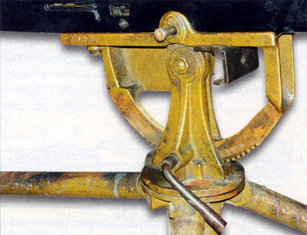 Вид правой части станка пулемета «Кольт» М1895. Виден стопор фиксатора горизонтальной наводки