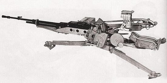 12,7-мм крупнокалиберный пулемет НСВ-12,7 «Утес» на зенитном станке-треноге 6У6 в положении для стрельбы лежа