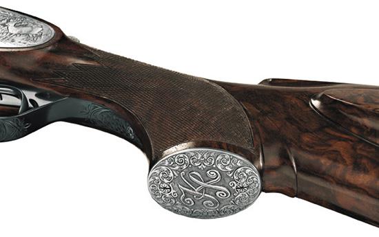 Гармоничная и изящная ручная гравировка существенно увеличивает стоимость оружия, способствует повышению престижа фирмы и владельца. Но на качество выстрела никак не влияет.