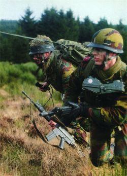 Бельгийские солдаты вооруженные штурмовыми винтовками FNC