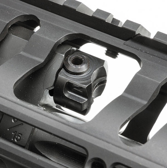Помимо вырезов для уменьшения массы и улучшения охлаждения ствола, в цевье выполнены специальные окна для доступа к газоотводному узлу