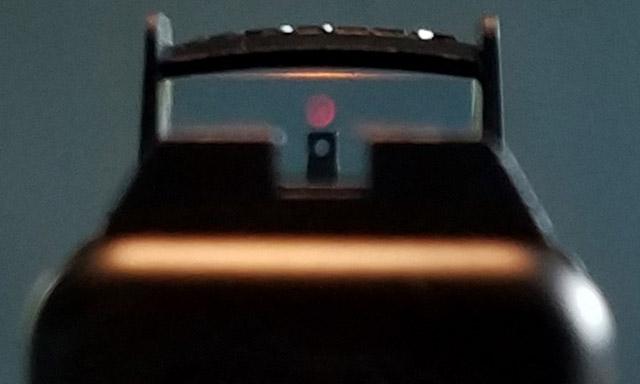 При необходимости Noblex-Docter Optics Glock MOS Red Dot Sight обеспечивает возможность использования механики через линзу прицела