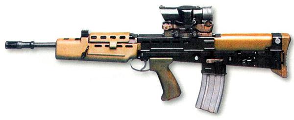 Британский автомат SA80, поступивший в войска на замену винтовке L1А1, встроенного оптического прицела не имел, но его установка предусмотрена. Автомат активно используется со штатным оптическим прицелом SUSAT