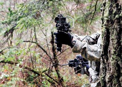 Система Land Warrior, носимый на плечах комплект из компьютеров и прочего высокотехнологичного снаряжения, включает в себя цифровой прицел-видоискатель, который позволяет бойцу целить в противника, не подставляясь под его огонь