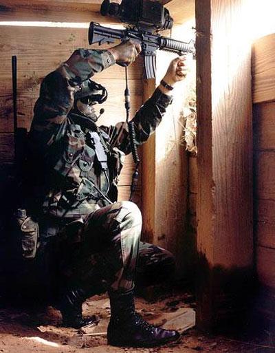 Смотреть в откидной окуляр системы Land Warrior – все равно что на обычный 17-дюймовый компьютерный монитор. На фотографии мы видим, как это делает один из бойцов штурмового взвода четвертой бригады Stryker в Форт-Льюисе. Этот окуляр позволяет рассматривать карты, получать приказы и видеть мир через прицел собственного карабина М-4