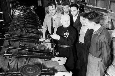 В. А. Дегтярев с рабочими Ковровского завода на участке конвейерной сборки ручных пулеметов ДП