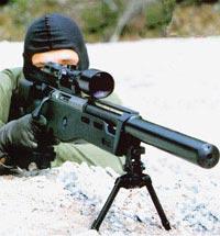 Снайпер западногерманского спецназа GSG-9 со снайперской винтовкой SR-100