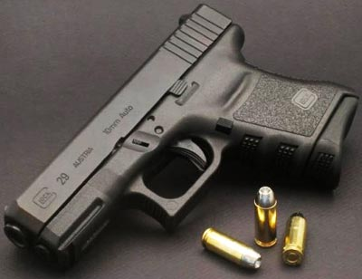 Glock 29 с магазином с выступающей передней частью для упора мизинца и используемыми патронами
