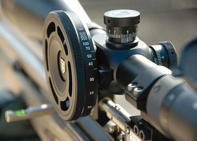 Большое колесо на прицеле помогает более точно навести прицел на резкость, или, если быть более точным, отстроить от параллакса. На ободе колеса спортсмен, как правило, указывает точные дистанции