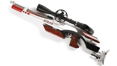 Чемпионская винтовка Steyr LG 110 FT похожа на серийную только внешне – она перебрана опытным оружейником до последнего винтика, а ложе и вовсе изготовлено под заказ. Кстати, розовый баллон для сжатого воздуха Steyr делает специально для Галины – на серийных винтовках он небесно-синий