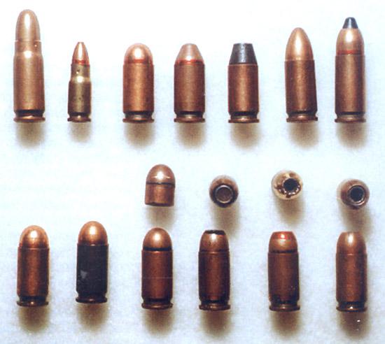 Верхний ряд: пистолетные патроны 7,62х25 ТТ; 5,45х18 МПЦ; 9×18 ПМ; 9×18 ПММ (7Н16); 9х18 ПММ с порошковой пулей; 9×19 Парабеллум; 9×21. Нижний ряд – 9х18 ПМ (слева направо): с биметаллической гильзой; со стальной гильзой; с трассирующей пулей; с экспансивными пулями