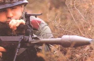Французский солдат готовится запустить винтовочную гранату со ствола штурмовой винтовки FAMAS
