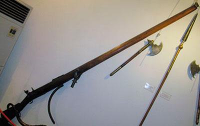 Турецкое крепостное ружье. Виден гак, которым оно крепилось к борту судна. (Морской музей. Стамбул)
