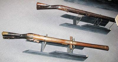 Крепостное капсюльное ружье обр. 1839 г. (на переднем плане). Вид сверху