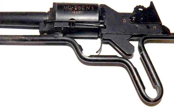 Казенная часть ружья МЦ260, ударно-спусковой механизм взведен, предохранитель в боевом положении