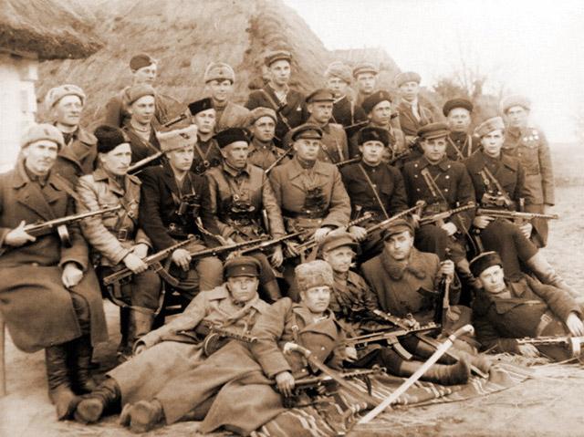 Групповое фото командного состава Полтавского партизанского соединения им. Молотова. Большинство партизан вооружено пистолетами-пулеметами системы Судаева