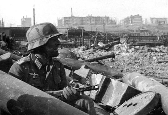 Немецкий фельдфебель в укрытии с трофейным ППШ