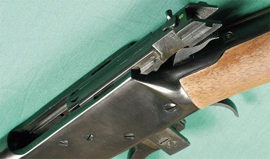ROSSI-92. При открывании затвора гильза выбрасывается через открытую сверху ствольную коробку. Зарядка карабина осуществляется через окно справа на ствольной коробке.